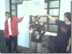 Kk zanchan dengan kostum di bawah papan dojo